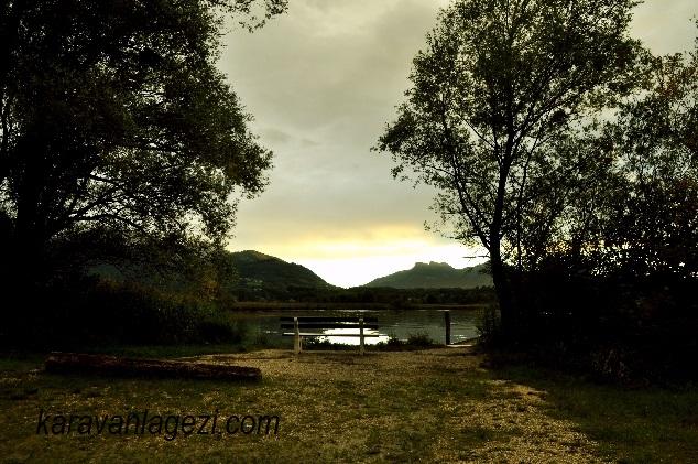 Chiemsee gölü, gün batımı için bekliyoruz