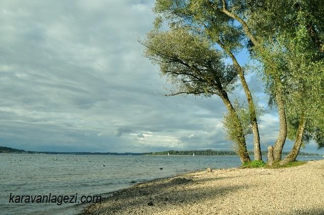 Chiemsee gölü ve kumsal