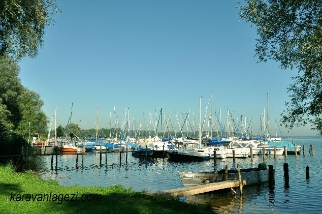 Chiemsee gölü ve tekneler
