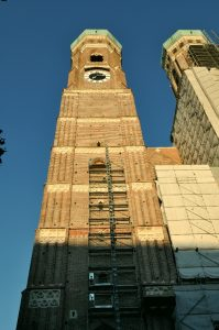 Fraunkirche-Kadetral ikiz saat kuleleri
