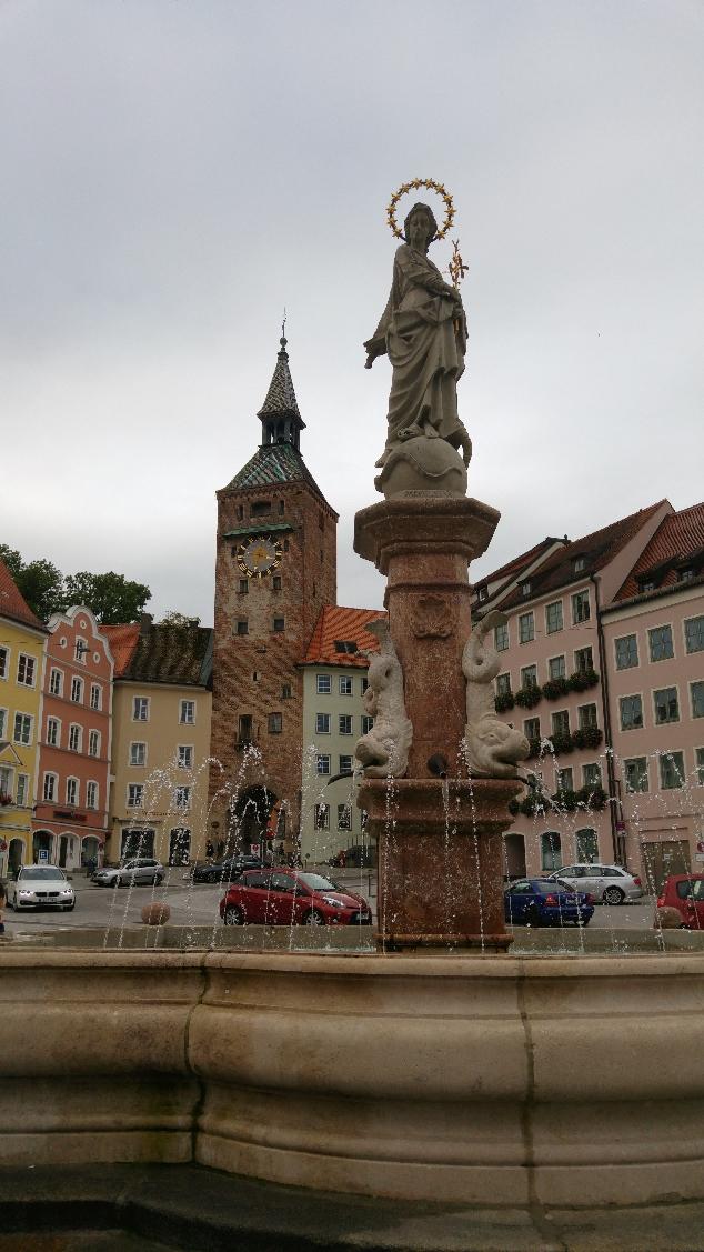 Marienbrunnen çeşme ve meydan